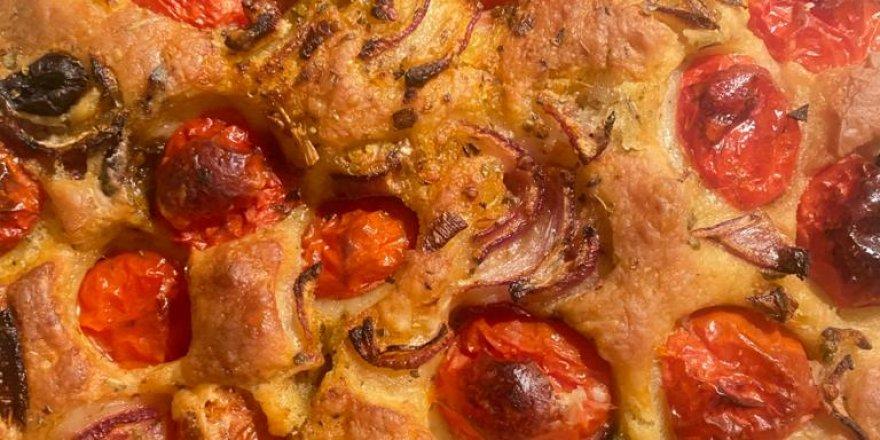 Bugün ne pişirsem diyenlere yapımı son derece kolay pide kıvamında ev yapımı pizza tarifi