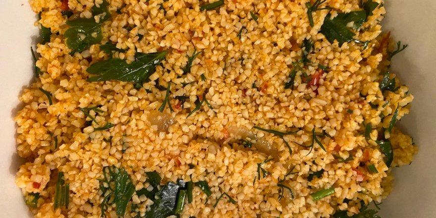 Gizli tarifiyle damak ısırtan biberli ve acı biber salçalı kısır tarifi! Yiyen 1 değil 3 tabak yiyor