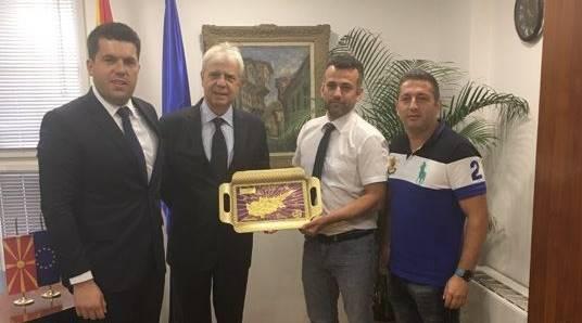 Bakan Adnan Kahil'e Ufuk ve  Türk Bir derneklerinden ziyaret