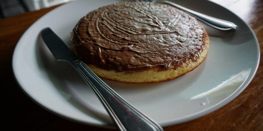 Bugün ne pişirsem diyorsanız çayın yanına çok basit...Çikolatalı Pankek tarifi